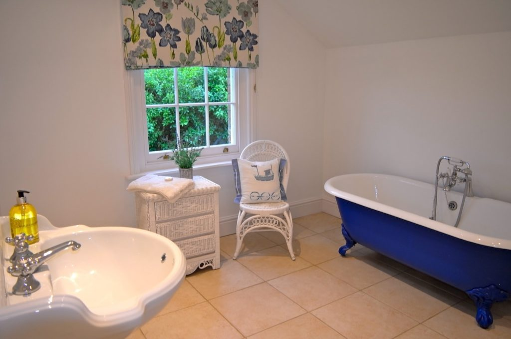 Roll_Top_Bathroom_Garden_Views